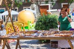 PORRERES, MAJORCA, SPANIEN - 16. JUNI 2018: Klemmen Sie mit Aprikosenbiskuitkuchen cocas de Albaricoque für Verkauf an der Apriko Stockbild