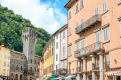 Porretta Terme, bolognaen - Italien - färgrika byggnader och stadshuset står högt Fotografering för Bildbyråer