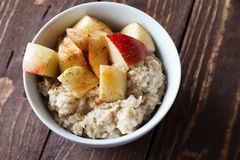 Porridge with apple. Healthy breakfast oatmeal with apples and cinnamon Stock Photography