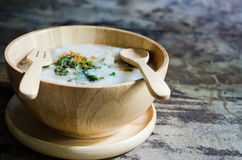 Porridge in ciotola di legno per la prima colazione Fotografia Stock