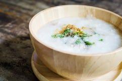 Porridge in ciotola di legno per la prima colazione Immagine Stock