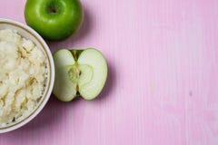 Porridge con Apple per la prima colazione Fotografie Stock Libere da Diritti