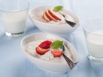 Porridge con frutta e berr Fotografia Stock Libera da Diritti