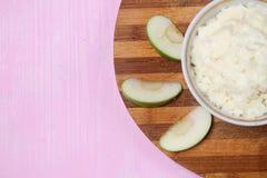 Porridge con frutta per la prima colazione Fotografia Stock