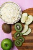 Porridge con frutta per la prima colazione Fotografie Stock Libere da Diritti