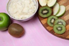 Porridge con frutta per la prima colazione Fotografia Stock Libera da Diritti