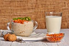 Porridge con frutta su fondo di legno fotografia stock libera da diritti