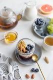 Porridge con i dadi, il yogurt e le bacche fotografia stock libera da diritti