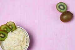 Porridge con il kiwi sulla prima colazione Immagini Stock