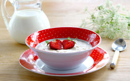 Porridge con la fragola delle bacche Fotografia Stock Libera da Diritti