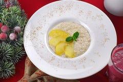 Porridge con miele, cannella e la mela Immagine Stock