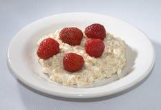 Porridge con una fragola immagini stock