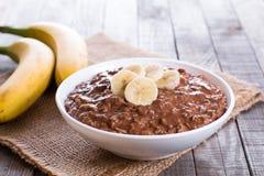 Porridge crudo della farina d'avena con la banana ed il cioccolato Immagine Stock