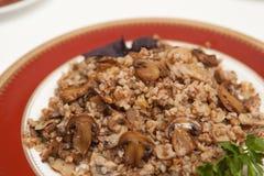 Porridge del grano saraceno con i funghi Immagini Stock