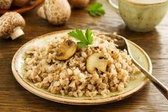 Porridge del grano saraceno con i funghi immagine stock