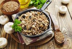 Porridge del grano saraceno con i funghi Fotografie Stock