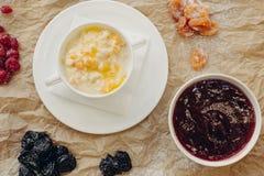 Porridge del miglio con la zucca Priorità bassa della pergamena Disposizione piana immagini stock