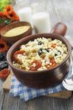 Porridge del miglio con le albicocche secche e le prugne Immagini Stock
