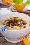 Porridge del miglio della zucca con la mela e l'uva passa Fotografia Stock
