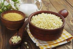 Porridge del miglio in un vaso ceramico Immagini Stock