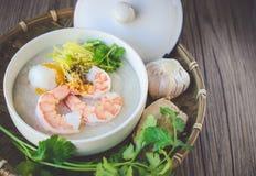 Porridge del riso con gamberetto e l'uovo, tono d'annata, alimento tailandese, tailandese Fotografie Stock