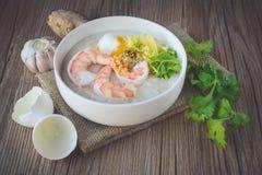 Porridge del riso con gamberetto e l'uovo, tono d'annata, alimento tailandese, tailandese Fotografia Stock Libera da Diritti