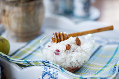 Porridge del riso con i dadi ed il miele Fotografie Stock