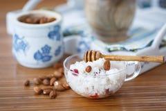 Porridge del riso con i dadi ed il miele Fotografia Stock Libera da Diritti