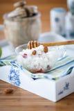 Porridge del riso con i dadi ed il miele Fotografie Stock Libere da Diritti