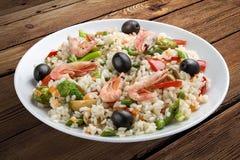Porridge del riso con i gamberetti e le verdure fotografie stock libere da diritti