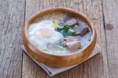 Porridge del riso con le costole di carne di maiale su fondo di legno Fotografia Stock Libera da Diritti
