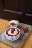 Porridge del riso del latte con la fragola della frutta Fotografie Stock