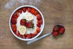 Porridge del riso del latte con la fragola della frutta Immagini Stock