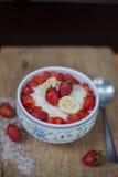 Porridge del riso del latte con la fragola della frutta Fotografia Stock Libera da Diritti
