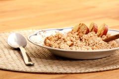 Porridge della cannella del Apple fotografie stock libere da diritti