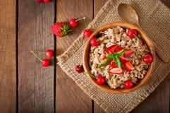 Porridge della farina d'avena con le bacche Immagini Stock