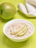 Porridge della farina d'avena con le fette della mela Fotografie Stock