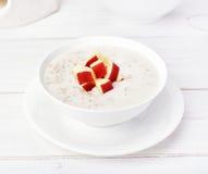Porridge della farina d'avena con le fette della mela Fotografia Stock Libera da Diritti
