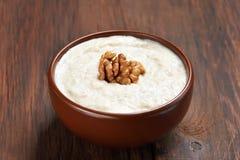 Porridge della farina d'avena con le noci Fotografie Stock Libere da Diritti