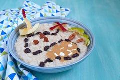 Porridge della farina d'avena decorato con la mappa del tesoro fotografie stock
