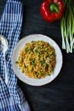 Porridge della lenticchia con le verdure e le erbe Stile di vita sano Menu dietetico Priorit? bassa di legno scura Vista da sopra immagine stock