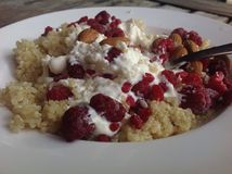 Porridge della quinoa con i lamponi, le mandorle ed il yogurt Fotografia Stock Libera da Diritti