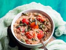 Porridge della quinoa con le fragole in ciotola Immagine Stock Libera da Diritti
