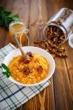 Porridge della zucca con miele ed i dadi Fotografie Stock Libere da Diritti