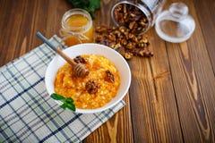Porridge della zucca con miele ed i dadi Fotografia Stock