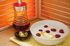 Porridge med hallon i en plätera Royaltyfria Bilder