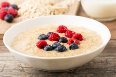 Porridge mit berries Stock Image