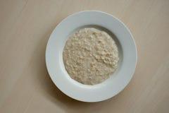 Porridge in piatto bianco Fotografia Stock