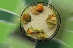 Porridge pigro della farina d'avena, decorato con il physalis Immagine Stock Libera da Diritti