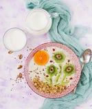 Porridge saporito e sano della farina d'avena con il kiwi, il melograno ed i dadi immagine stock